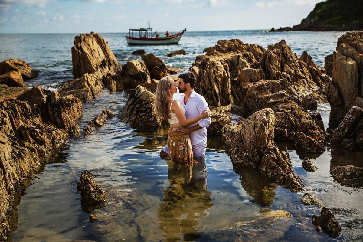 Ensaio-de-noivos-praia-barco-mar